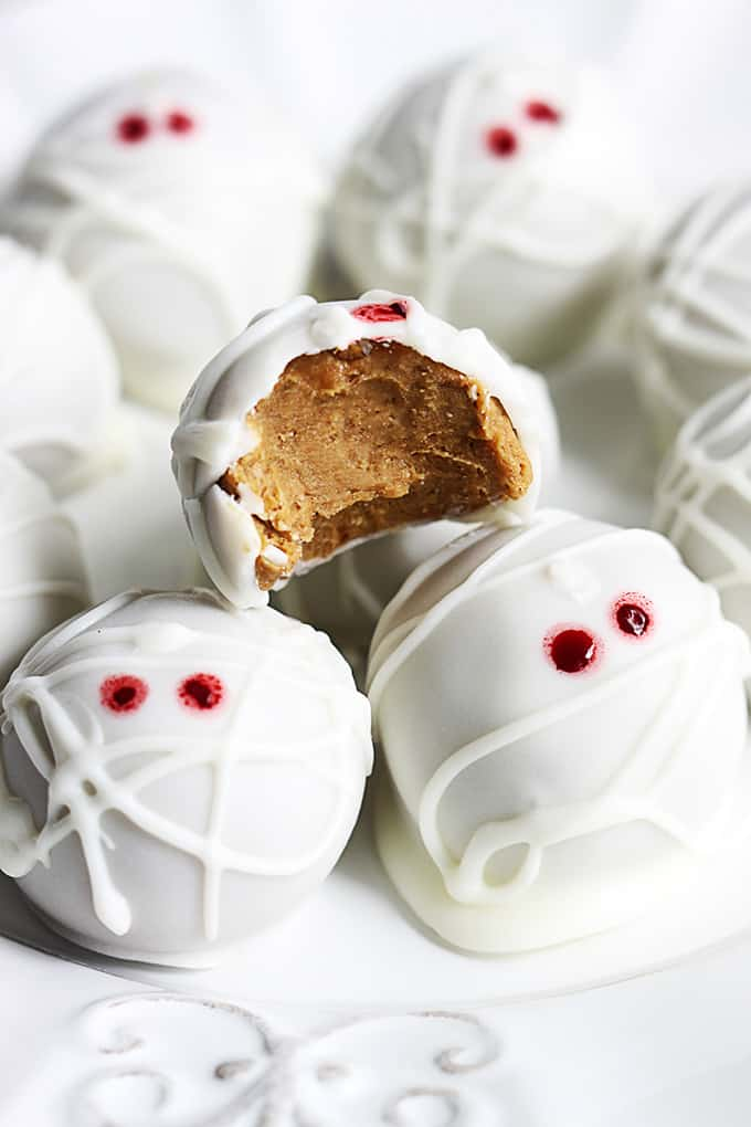 These no-bake pumpkin cheesecake truffles are so easy to make and are ...