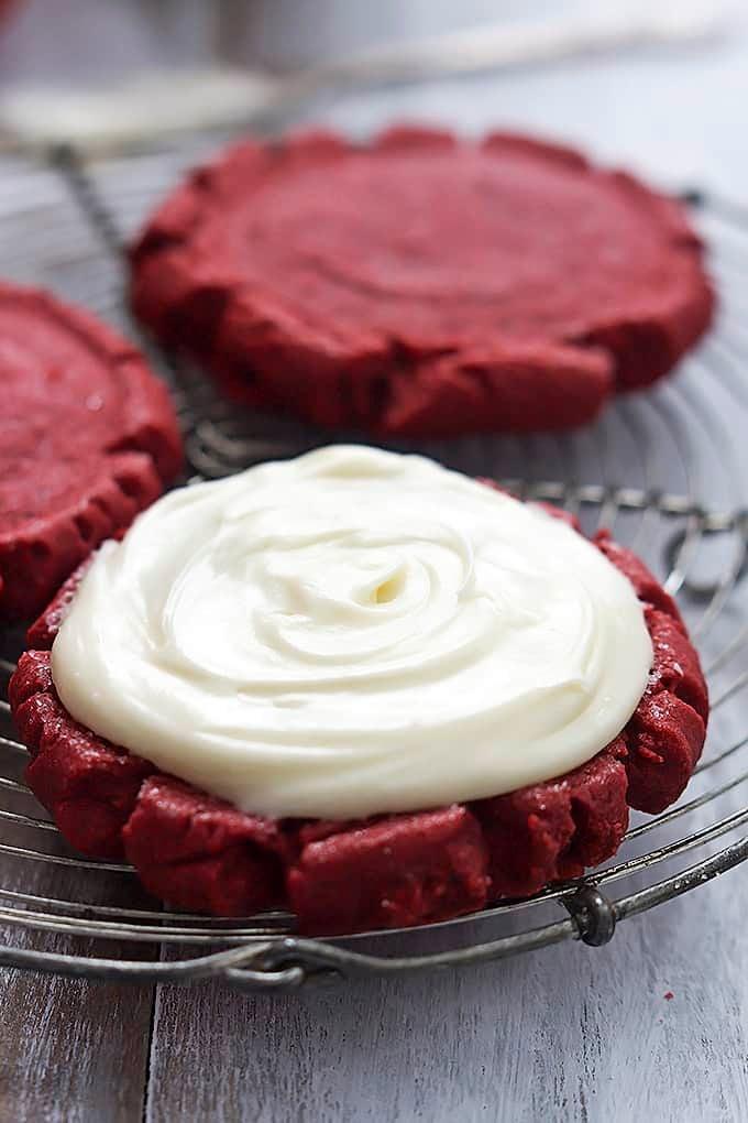 Red Velvet Sugar Cookies - Creme De La Crumb