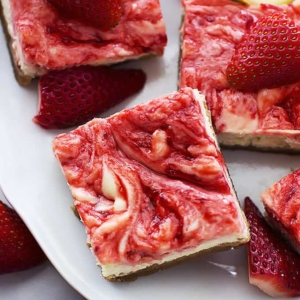 Strawberry Lemon Cheesecake Bars | Creme de la Crumb