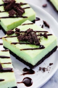 Thin Mint Cheesecake Bars | Creme de la Crumb