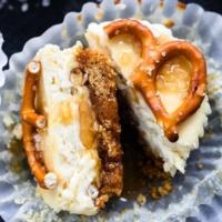 Salted Caramel Pretzel Mini Cheesecakes | Creme de la Crumb