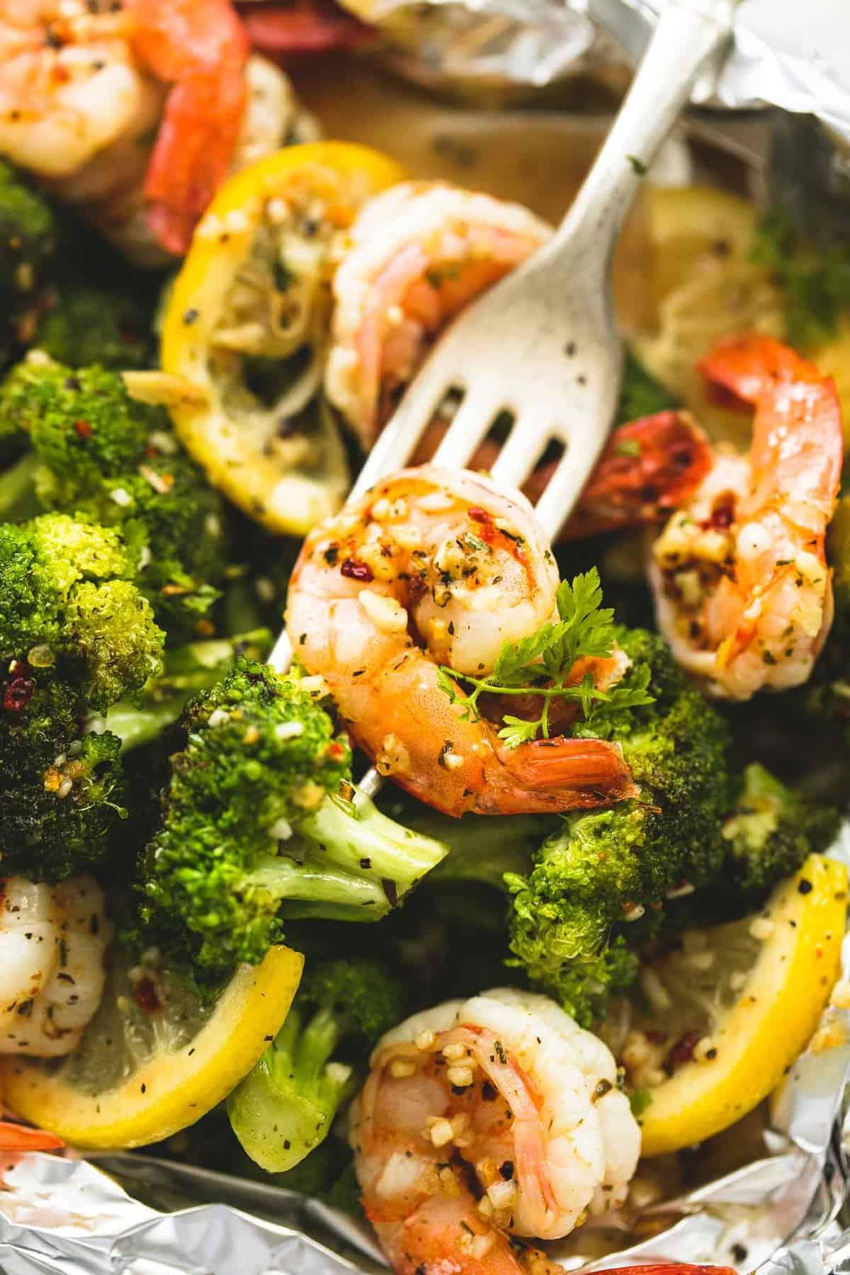 Lemon Herb Shrimp and Broccoli Foil Packs | lecremedelacrumb.com