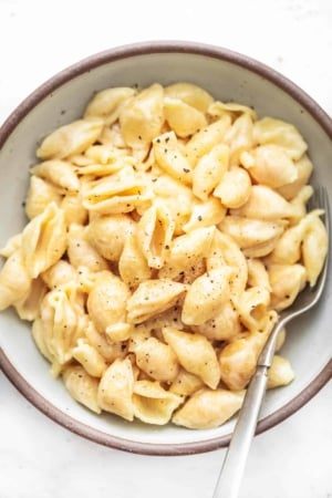 Easy and tasty Instant Pot Mac and Cheese Recipe with 5 ingredients! | lecremedelacrumb.com