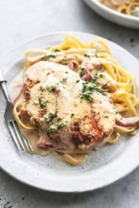 chicken with sauce with spinach over fettuccine noodles